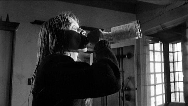 Teresa (Françoise Dorléac) trinkt aus einer Wodka-Flasche