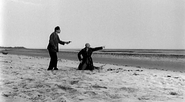 Dick bedroht George am Strand mit einer Waffe