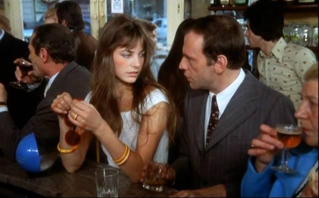 """Jane Birkin und Jean-Louis Trintignant stehen in """"Das wilde Schaf"""" an der Theke eines Cafés"""