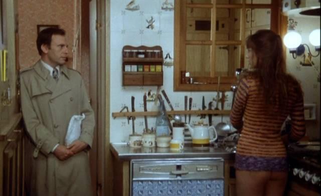 """Jane Birkin und Jean-Louis Trintignant stehen in """"Das wilde Schaf"""" in der Küche eines Appartements"""