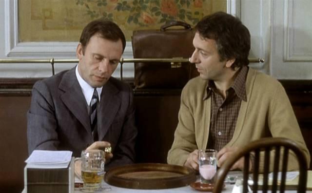 Jean-Louis Trintignant und Jean-Pierre Cassel als zwei Männer, die im Café zynische Pläne machen, Copyright: Viaduc Prod. & T.R.A.C.