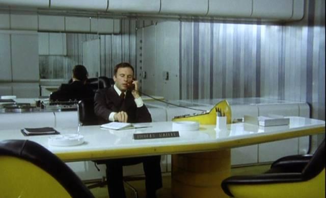 """Jean-Louis Trintignant am Schreibtisch in """"Das wilde Schaf"""""""