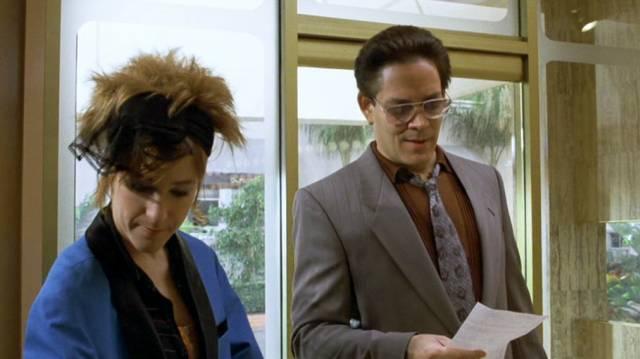Raul Julia als yuppieesker Friseur, Copyright: Warner Bros.