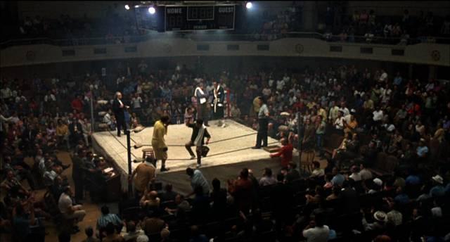 die Boxer treten im Ring inmitten einer vollbesetzten Halle an