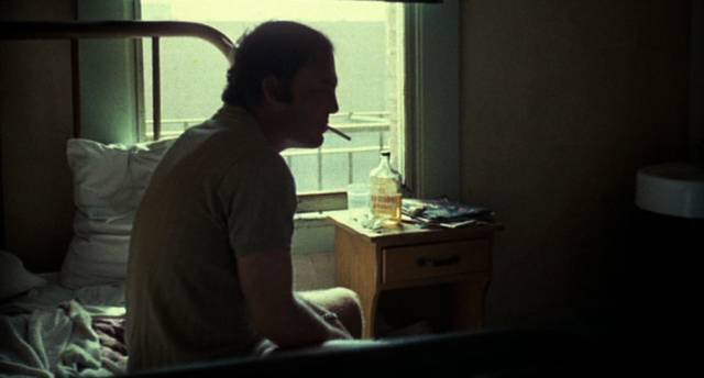Stacy Keach als Boxer Tully nach dem Aufwachen im Bett, Copyright: Columbia Pictures