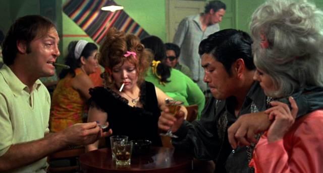 Stacy Keach und Susan Tyrrell als Alkoholiker Tully und Oma beim gemeinsamen Alkoholkonsum in einer Bar