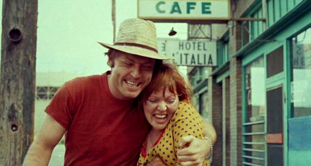 Stacy Keach und Susan Tyrrell als Tully und Oma Arm in Arm auf der Straße einer Stadt