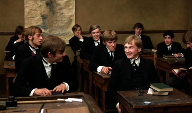 die älteren Schüler sitzen im Klassenraum an ihren Pulten