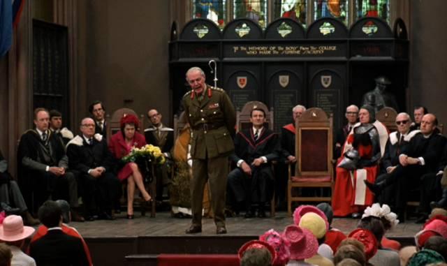 Repräsentanten der britischen Gesellschaft während einer Zeremonie in der Kirche