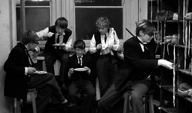 jüngere Schüler beim gemeinsamen Verzehr einer Mahlzeit