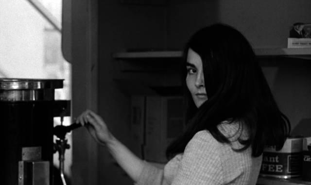Christine Noonan zapft hinter der Theke als namenlose Frau zwei Tassen Kaffee