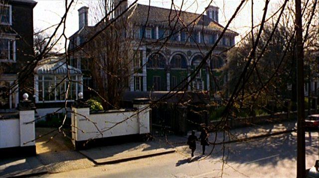 Leonora und Cenci überqueren die Straße zum Haus der Engelhards, dem realen Debenham House in London, Copyright: Universal