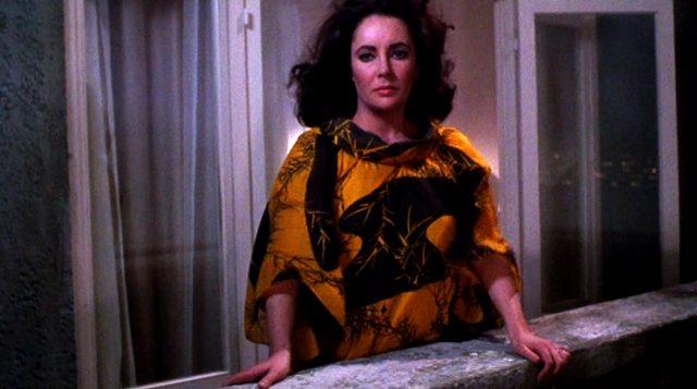 Leonora (Elizabeth Taylor) steht nachts auf dem Balkon ihres Hotelzimmers