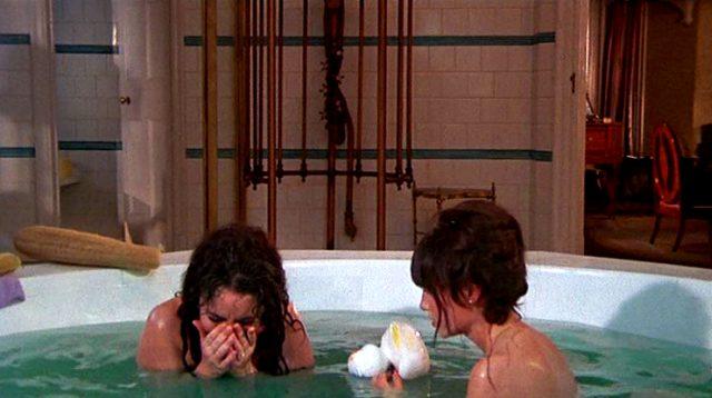 Leonora (Elizabeth Taylor) und Cenci (Mia Farrow) gemeinsam in der Badewanne, Copyright: Universal