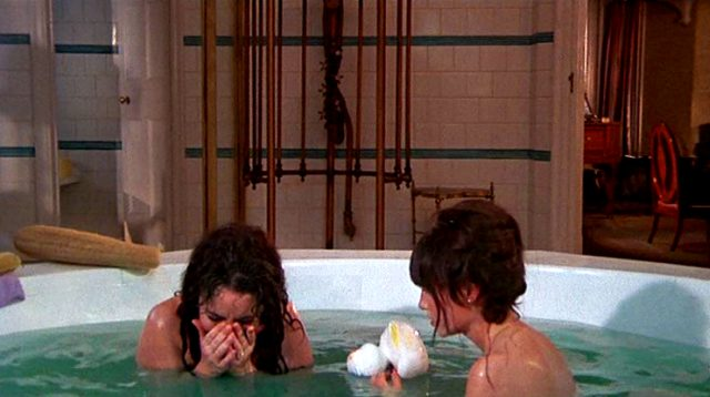Leonora (Elizabeth Taylor) und Cenci (Mia Farrow) gemeinsam in der Badewanne