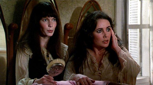 Cenci (Mia Farrow) und Leonora (Elizabeth Taylor) beim Ankleiden