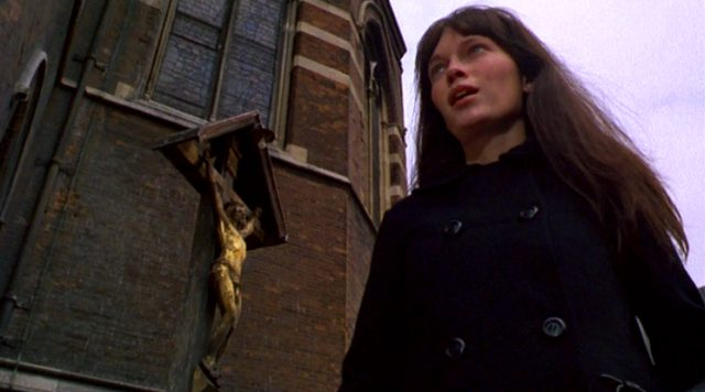 Cenci (Mia Farrow) steht an der Londoner St. Mary Magdalene Church
