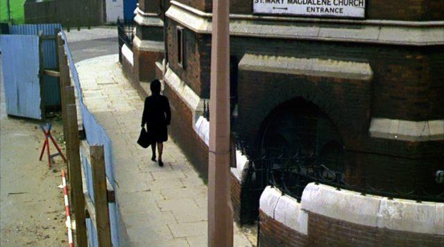 Leonora (Elizabeth Taylor) geht entlang der St.Mary Magdalene Church in London
