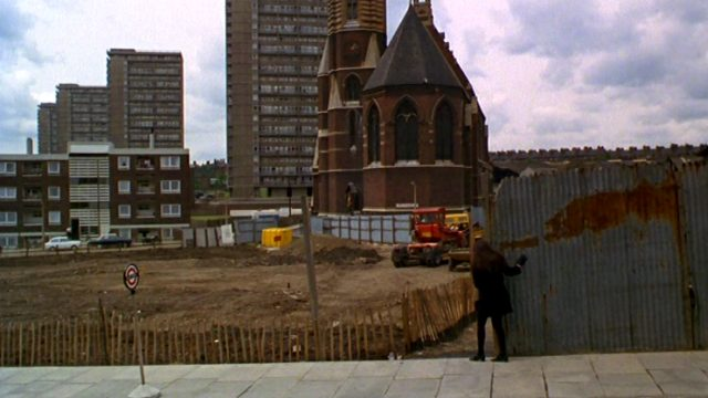 Cenci (Mia Farrow) verbirgt sich hinter einem Bauzaun nahe der St.Mary Magdalene Church in London