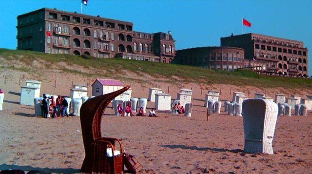 Strandhotel im niederländischen Noordwijk mit von Strandkörben gesäumtem Strand