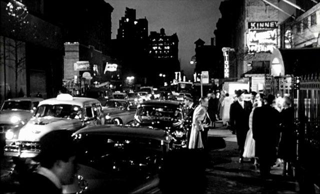 belebte Straße im nächtlichen New York mit viel Leuchtreklame, Copyright: MGM