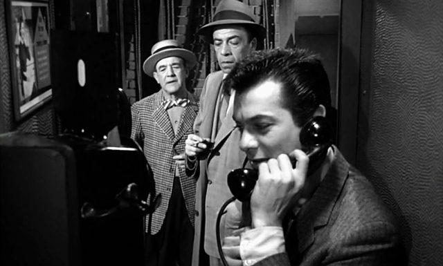 Sidney Falco (Tony Curtis) an einem Telefonapparat, Copyright: MGM