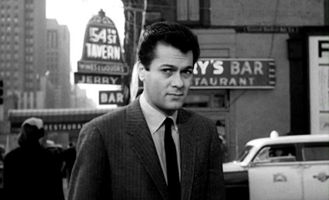 Tony Curtis als Presseagent Sidney Falco auf der Straße inmitten von New York, Copyright: MGM
