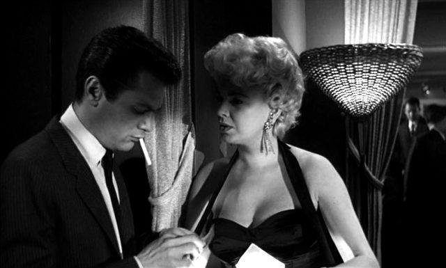 Falco (Tony Curtis) im gespräch mit der Zigarettenverkäuferin Rita (Barbara Nichols)