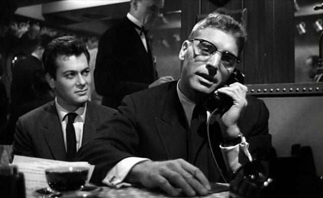Sidney Falco (Tony Curtis) an J.J.Hunseckers (Burt Lancaster) Tisch in einem Nobelrestaurant, Copyright: MGM