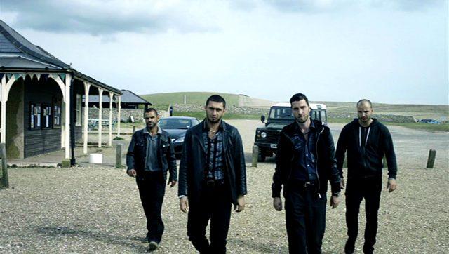 Mitglieder der albanischen Gangster-Familie auf einem Parkplatz