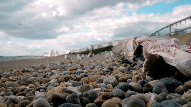 eine in Tuch eingeschnürte Leiche am Strand von Brighton