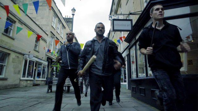 Mitglieder der albanischen Familie rennen mit Knüppeln durch Brighton