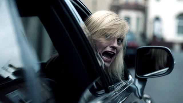 Jo Beckett (Anastasia Hille) schaut mit angstverzerrtem Gesicht aus dem offenen Fenster ihres Wagens
