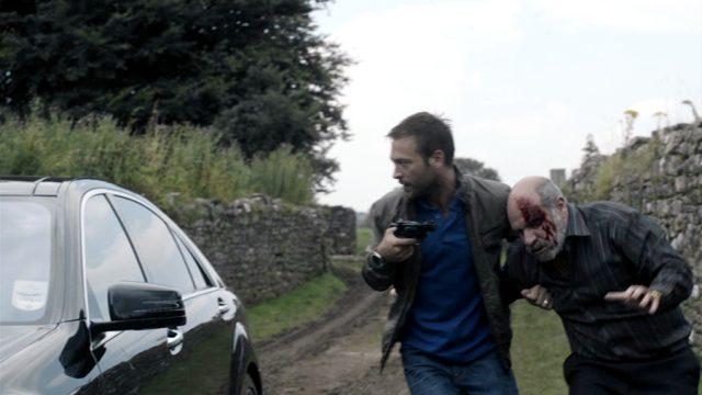 Cal Backett (Paul Nicholls) bei der Entführung des albanischen Mafia-Patriarchen Vajkal (Demosthenes Chrysan), Copyright: World Productions
