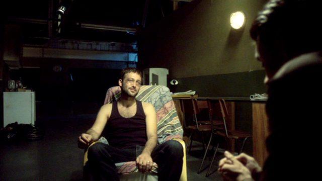 Cal Beckett (Paul Nicholls) sitzt mit ramponiertem Gesicht in einem Sessel