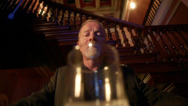 Richie Beckett (Peter Mullan) starrt an der Bar seines Hotels in ein leeres Whiskey-Glas, Copyright: World Productions