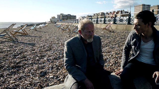 Richie Beckett (Peter Mullan) mit seinem Sohn Matty (Harry Lloyd) am Strand von Brighton, Copyright: World Productions