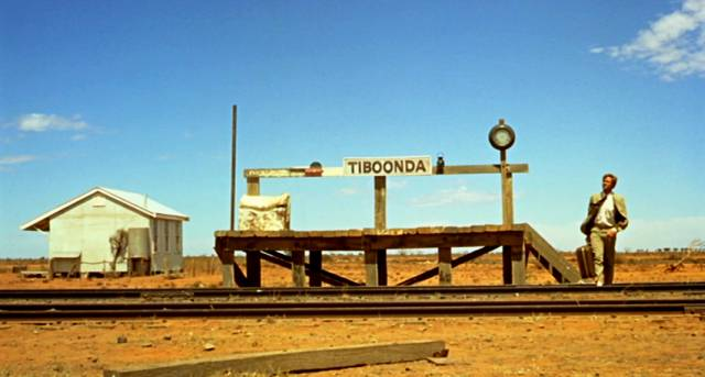 der Lehrer John Grant wartet an einer Bahnstation im australischen Nirgendwo, Copyright: Wake in Fright Trust