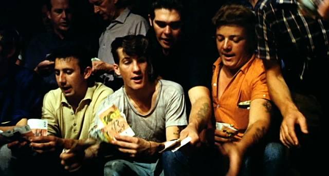 Glücksspieler zücken ihre Geldscheine