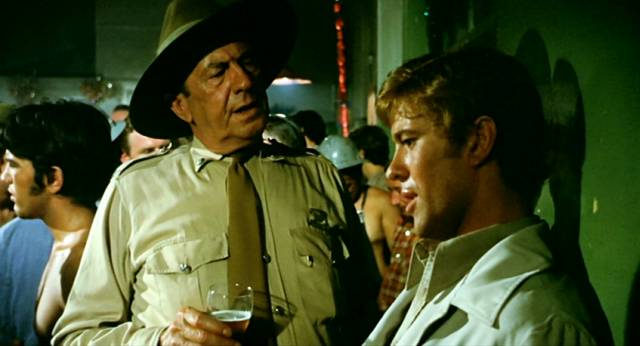 "Chips Rafferty als Polizist Jock Crawford und Gary Bond als John Grant in einer Bar im ""Yabba"", Copyright: Wake in Fright Trust"