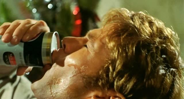Gary Bond als John Grant beim schweißtreibenden Verzehr einer Dose Bier, Copyright: Wake in Fright Trust