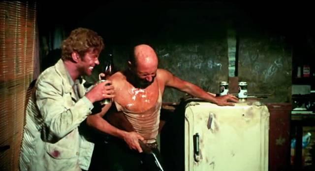Gary Bond und Donald Pleasence als John Grant und Doc Tydon beim gemeinsamen Alkoholkonsum