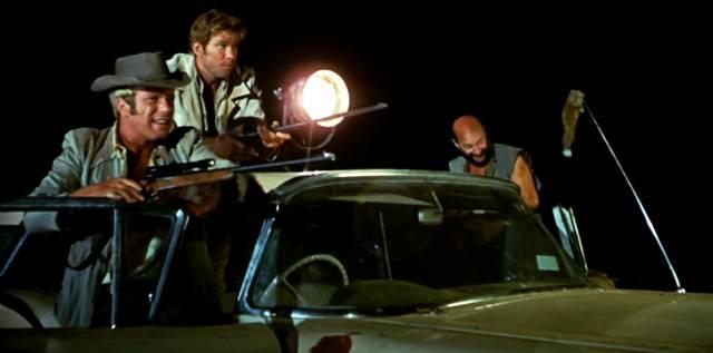 bewaffnete Männer im Auto auf nächtlicher Känguru-Jagd