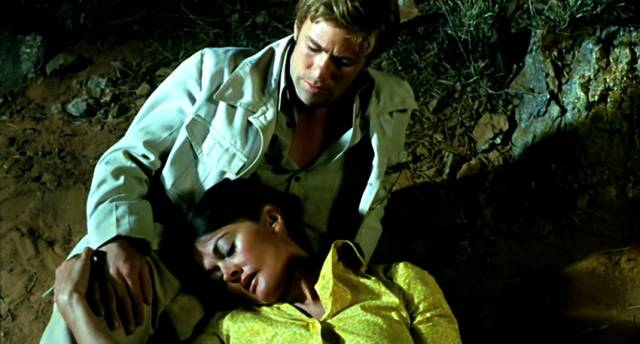 Gary Bond und Sylvia Kay als John Grant und Janette Hynes nachts im Gebüsch