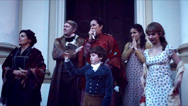 Eine der aristokratischen Familien steht während des Abschieds vor dem Portal ihrer Villa.