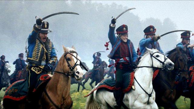 Mit gezücktem Säbel preschen russische Husaren in die Schlacht gegen die französische Armee.