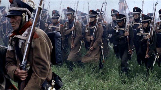 Soldaten marschieren in Richtung der feindlichen Armee.