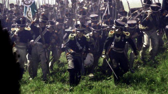 Eine Formation russischer Soldaten rückt im Kugelhagel vor.