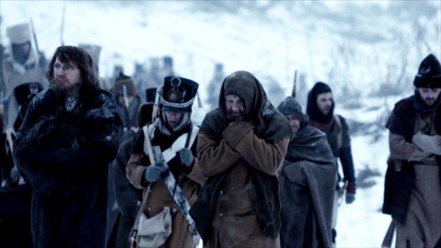 Die französische Armee zieht sich während des Winters aus Russland zurück; in ihrem Tross befinden sich auch russische Gefangene.