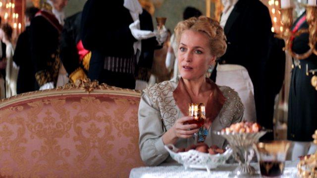 Gillian Anderson als Anna Pavlovna Scherer in einer elitären Salongesellschaft.